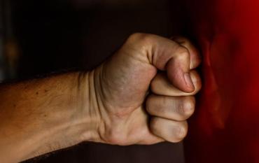В Ужгороді затримали чоловіка, який наніс тілесні ушкодження своїй співмешканці.