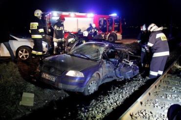 """У Польщі автівка з українцями """"влетіла"""" під потяг, є жертви"""