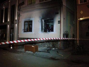 П'ятьох підозрюваних у підпалі офісу Товариства угорської культури Закарпаття затримали
