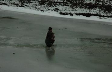 Як закарпатці разом врятували собаку, що тонула в річці