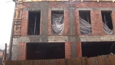В Ужгороді продовжать скандальне будівництво на місці будинку Фунданича