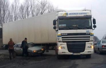 ДТП у Мукачеві: вантажівка протаранила ВАЗ