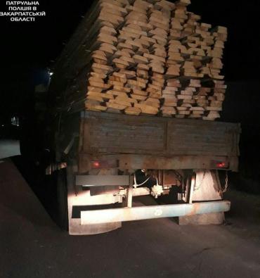 Поліція Закарпаття зупинила вантажівку з деревиною без чіпів