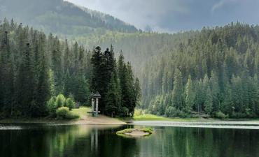 Синевир — озеро без дна, через яке можна потрапити на інший бік світу.