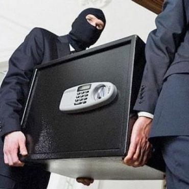 Злодії вирізали стінку сейфа у будинку жителя Ужгорода.