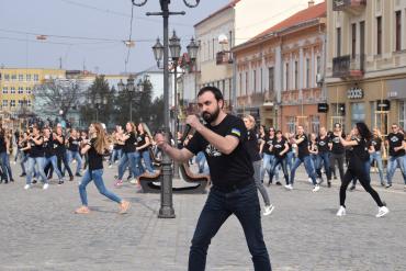 """Великий танцювальний флешмоб від """"Джерелець Карпат"""" відбувся в Ужгороді"""