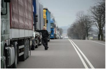 Ни въехать, ни выехать: В Словакии дальнобойщики блокируют все пропускные пункты