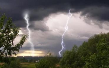 На території Закарпаття оголошено штормове попередження: гроза, дощ і буревій!