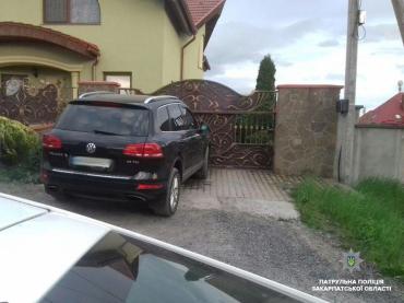"""В Ужгороді водій """"під шафе"""" наїхав на припарковану автівку"""