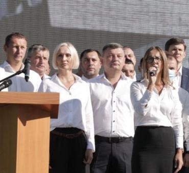 """В центре Ужгорода официально представили будущих кандидатов в депутаты от """"Слуги Народа"""""""