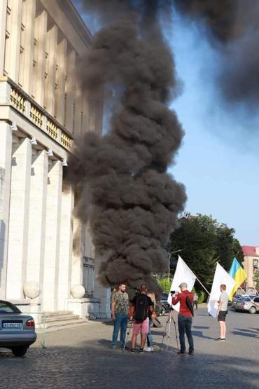 В Ужгороді засуджують радикалів, що палили шини у стін облдержадміністрації