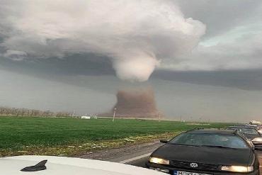 В Румынии жуткий торнадо перевернул пассажирский автобус