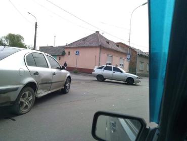 """У столиці Закарпаття зіткнулися """"ВАЗ"""" зі """"Шкодою"""""""