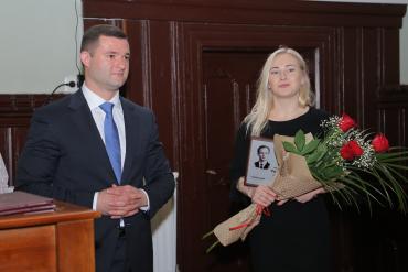 Наталія Рибар отримала з рук мера м.Мукачево Андрія Балоги міську літературну премію ім. Юрія Мейгеша