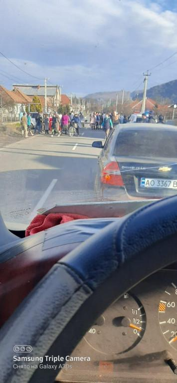 ДТП в Закарпатье: Место происшествия окружила почти сотня ромов
