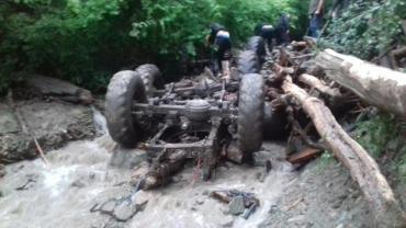 Закарпаття: Тіла п'яти чоловік змішалися з деревом і частинами вантажівки
