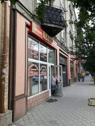Столиця Закарпаття оскандалилася: у центрі міста є магазин із жахливим запахом трупного м'яса