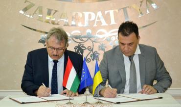 Закарпаття - Угорщина: Михайло Рівіс і Терек Дежев підписали програму співпраці між областями