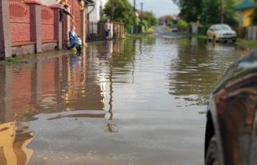 Потужна злива спричинила великий потоп у маленькому райцентрі Закарпаття