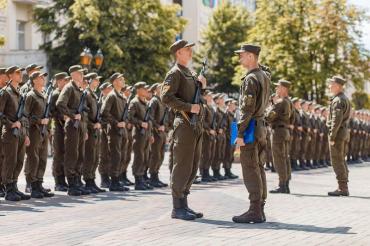 В Ужгороді урочисто отримуать зброю нацгвардійці, які нещодавно склали військову присягу