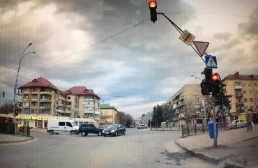 """На перекрестке в Ужгороде """"Нива"""" протаранила """"Пежо"""""""