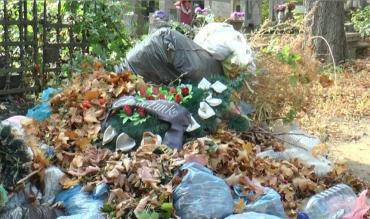 """УЖгород. Комунальники """"чепуритимуть"""" міські кладовища до і після 1 листопада — Дня пам'яті померлих"""