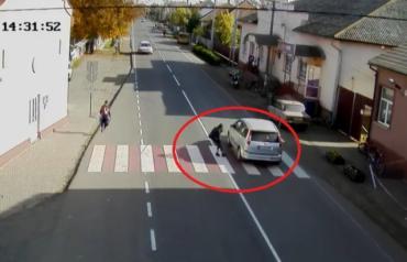 В одному з сіл Закарпаття камера зафіксувала як дитина на дорозі перебувала на волосинці від загибелі