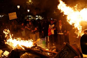 Вночі у столиці Каталонії палили автомобілі, будували барикади та воювали з поліцейськими