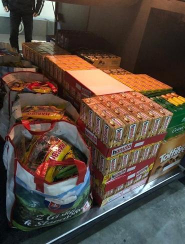 Неймовірну кількість чаю та шоколаду відібрали в українця митники Закарпаття