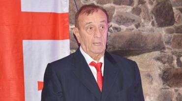 Відомий актор театру і кіно Нугзар Шарія у старовинному замку Закарпаття