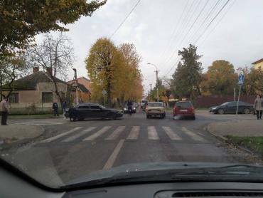 Ранкова автопригода у столиці Закарпаття розбила два легковики