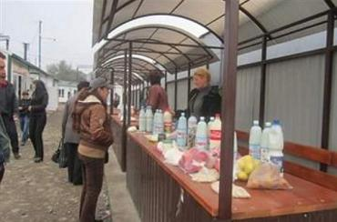Закарпаття. Сільські господині везуть на продаж у Перечин сир, сметану, яйця, квасолю, гриби, ісландський мох!