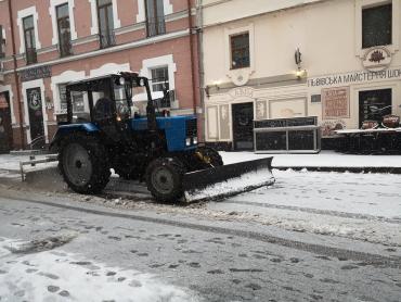 Меняем резину: Первый снег на улицах в Ужгороде вызвал всеобщий конфуз