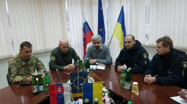 В Ужгороді на кордоні радилися українські митники та патрульні зі словацькими фіскалами