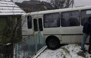 Закарпаття. Рейсовий автобус зніс огорожу приватного маєтку