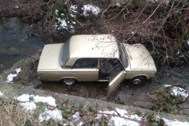 """Закарпаття. Пенсіонер не впорався з керуванням """"Жигулів"""" і полетів з автівкою у річку"""