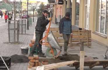 В Ужгороді нова плитка на площі Петефі просто провалються під землю