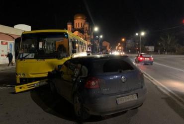 В Ужгороді іномарка просто влетіла в міський автобус, повний людей — у дитини зломаний ніс