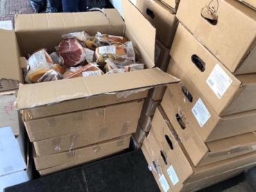"""Троє українців не довезли додому тисячу кілограмів м'яса, риби та сиру — їх """"стопорнули"""" на кордоні в Закарпатті"""
