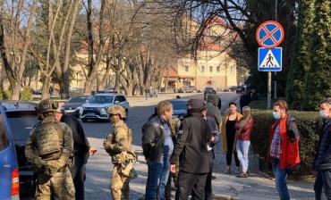 Поліція Закарпаття вже провела 14 обшуків у затриманих членів банди рекетирів із Мукачева
