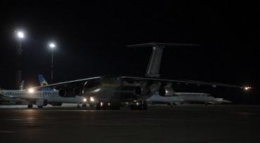 """Український військовий """"борт"""" доправив із КНР два види тестів для виявлення COVID-19"""