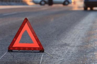 У сусідів Закарпаття легковик на великій швидкості врізався у паркан — водій у лікарні, пасажир не вижив