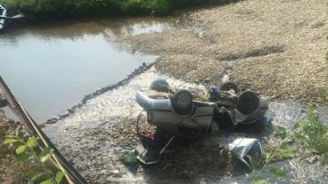 Автомобиль перевернулся на крышу упав с моста