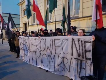 Митингующие держали плакаты с надписями «Бандеровец – не мой брат»