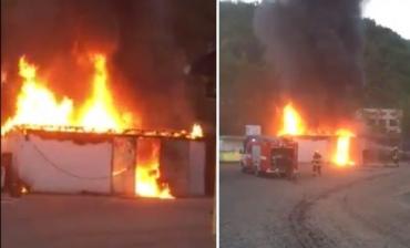 На выезде из Мукачево около двух АЗС сгорело здание