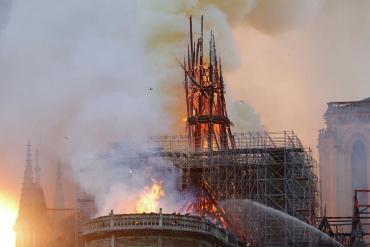 Шпиль и часы горящего собора Парижской Богоматери обрушились