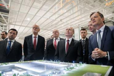На церемонию открытия приехали председатель правления Daimler AG Дитер Цетше и Владимир Путин