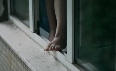 В Закарпатье молодую девушку уговаривали не прыгать с окна общежития
