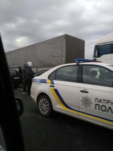 Возле Ужгорода масштабное ДТП: Водителям приходится выезжать на встречную полосу