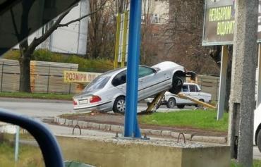 Фееричное ДТП в Ужгороде: Автомобиль BMW к чертям снёс столб